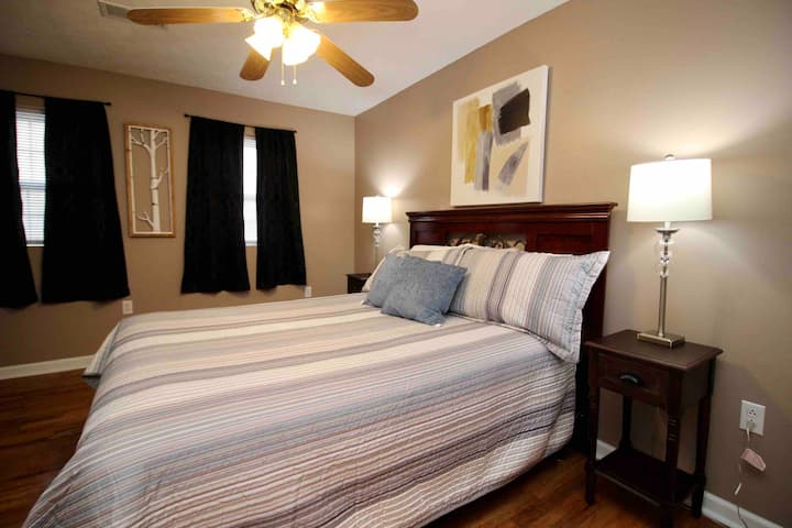⭐️ Best location, queen beds, wifi w/ self check-in