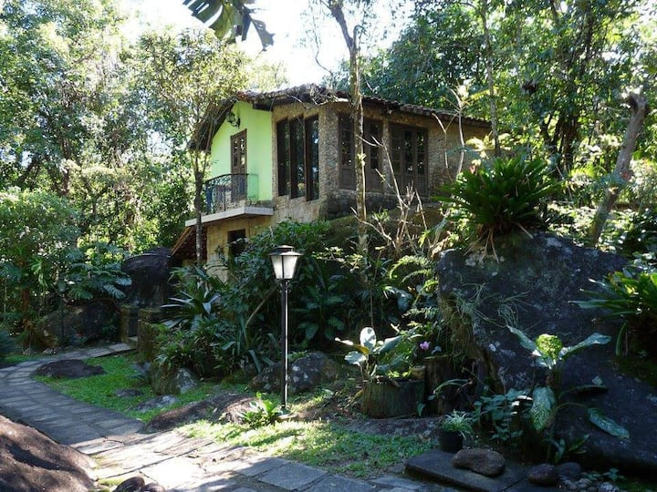 Casa de pedra na beira do rio.