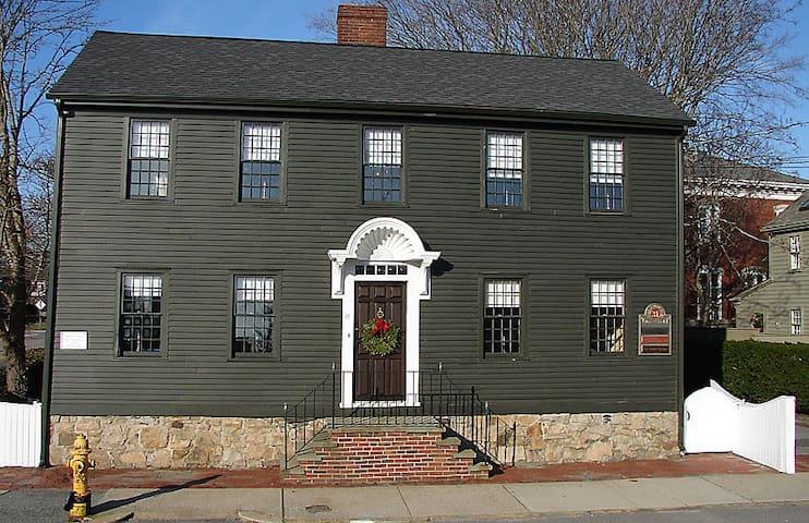The Captain's Quarters, the Point Section, Newport - Newport - Casa