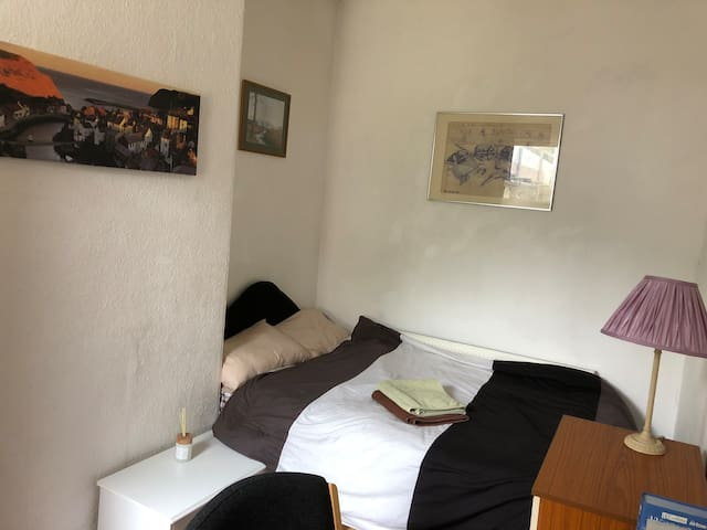 Double room very close to Uni station