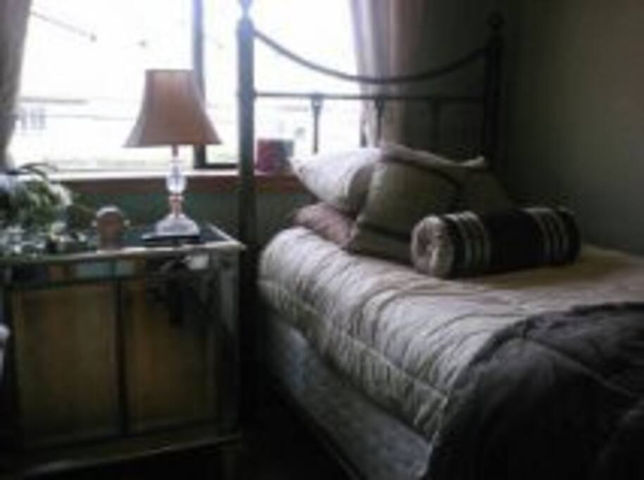 Mirror cabinet and single bed