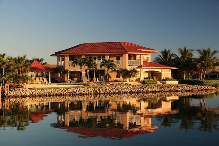 Sea Grape Villa - Waterfront Luxury - West End - Villa