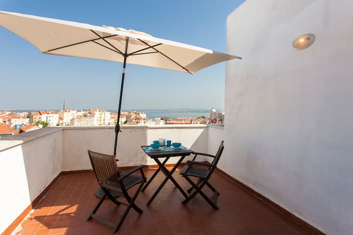 Apartment with Big Terrace with River View (Graça) - Lisboa
