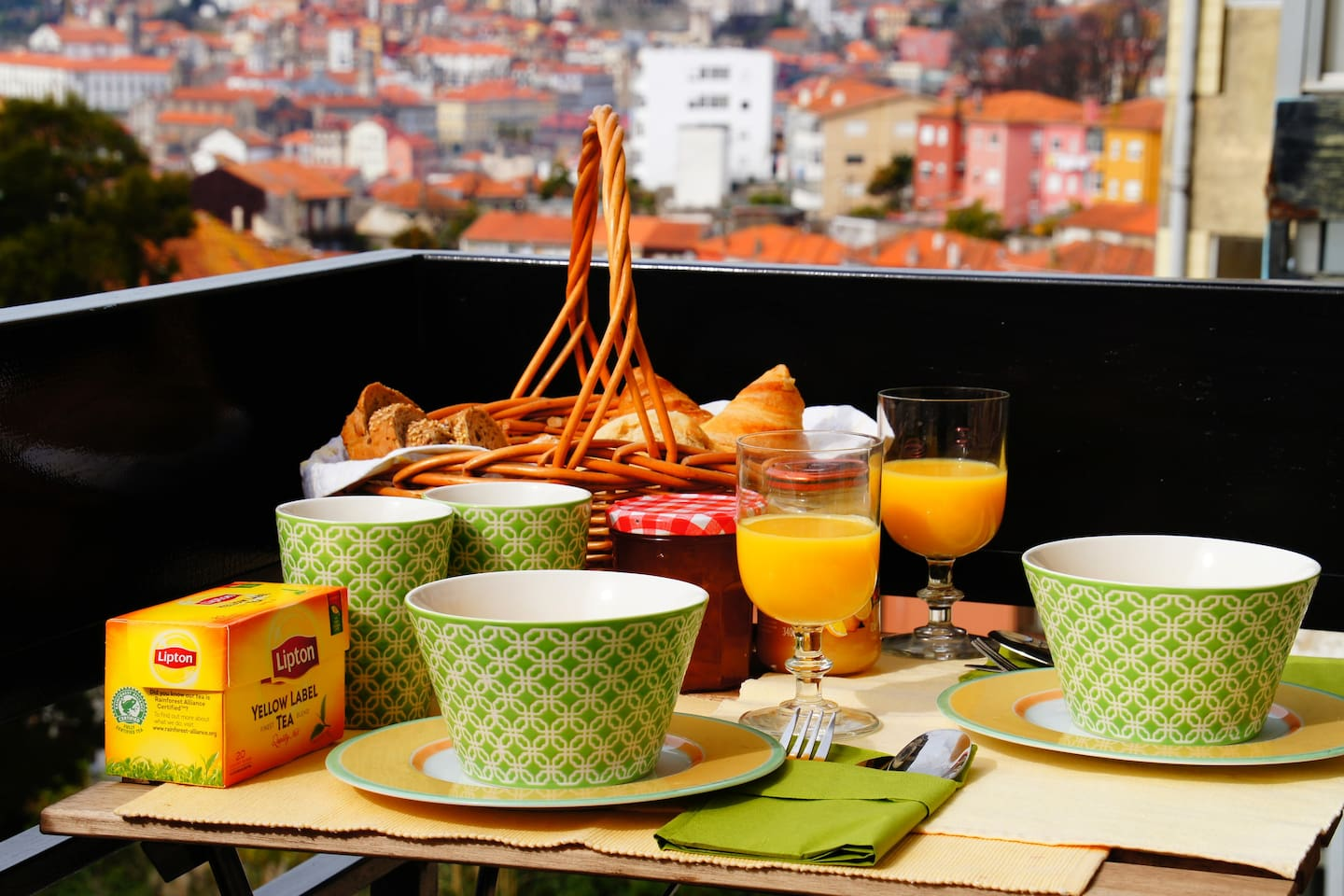 This is your opportunity to enjoy an amazing view over Porto while having a marvellous breakfast on our balcony!