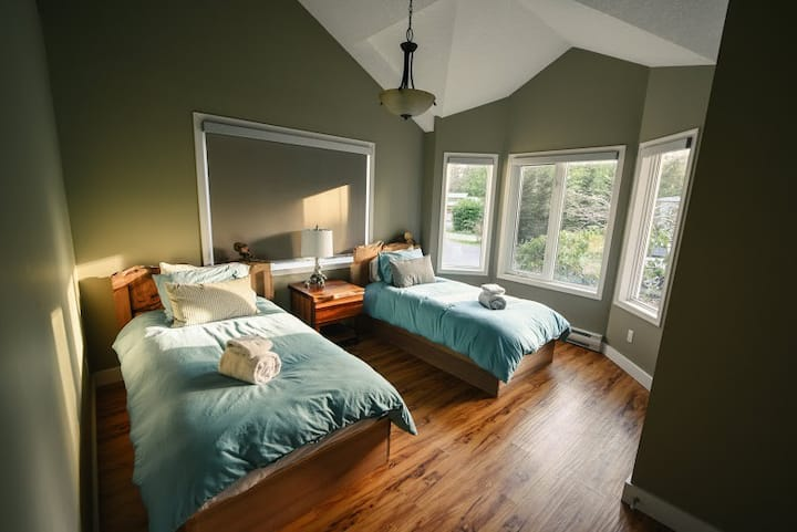 Green Cedar Retreat: 2 Beds+Hot Tub