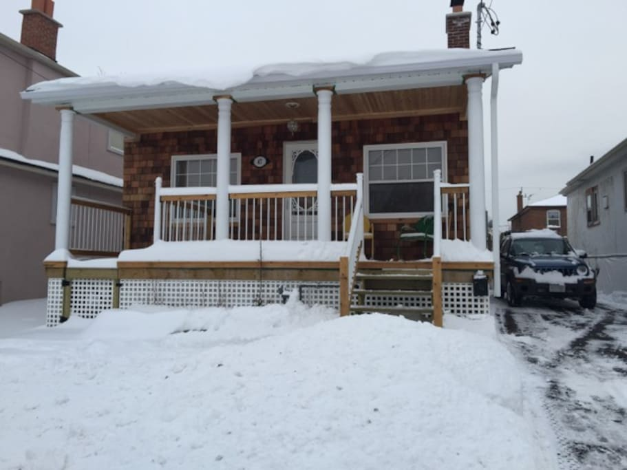 In winter: Private Entrance, toasty gas fireplace and super quiet street with lots of parking