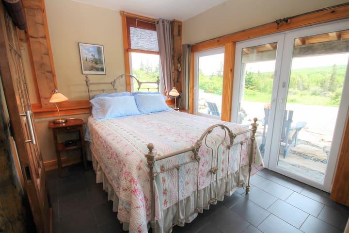 The BROOK ROOM - Blue Tin Roof Post & Beam B&B - Antigonish - Bed & Breakfast