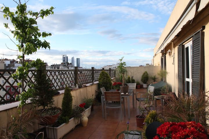 Rooftop room with bathroom. Metro to Airport/fair