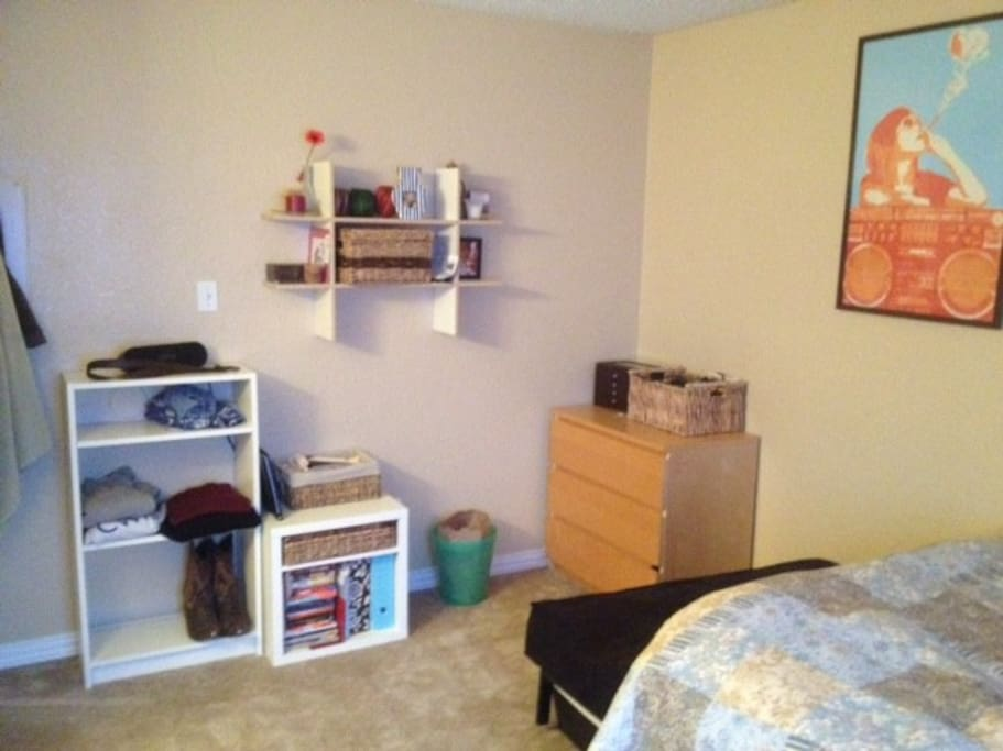 Comfortable room with shelf space