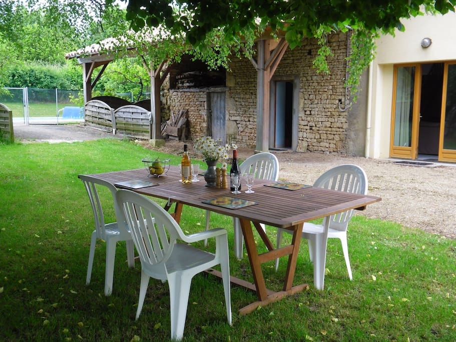 Alfresco dining under the trees