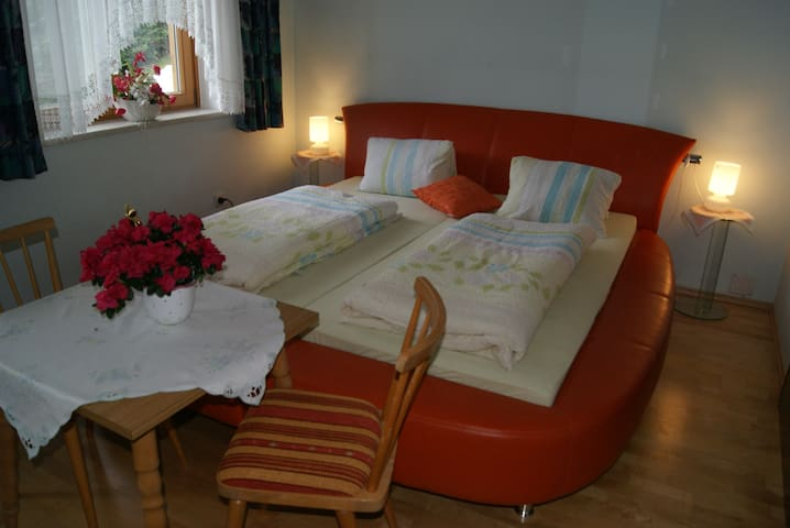 romantic comfortable double bedroom - Rennweg am Katschberg - Casa