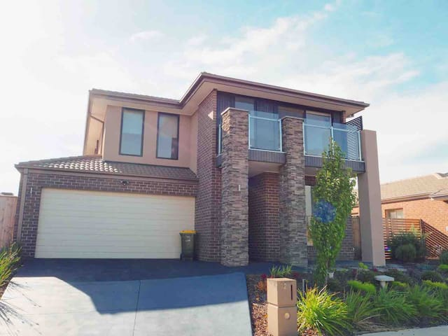 4 Bed 2 And A Half Bath Luxury Villa  in Point Cook