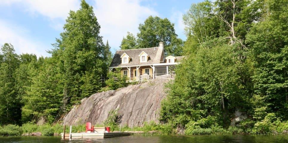 Superbe chalet avec quai sur le lac - Val-Morin