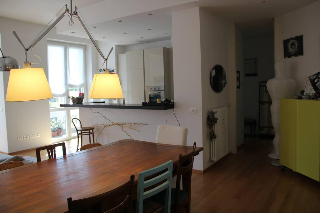 Zona pranzo e cucina a vista - Dinner area and open space kitchen