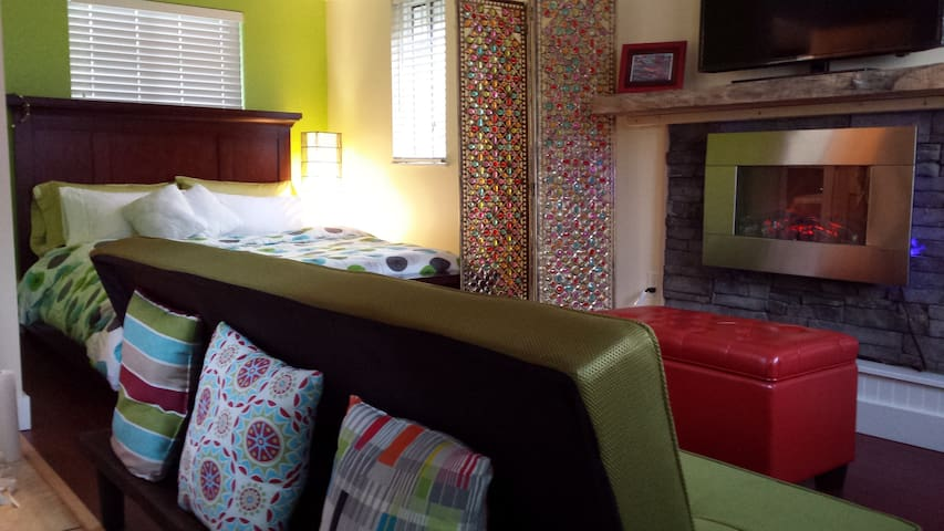 """Tree Frog Retreat"", cozy cottage"