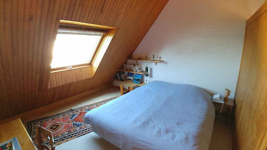 Room 5 first floor, bed 160cm / Chambre 5, 1er étage, lit 160cm.