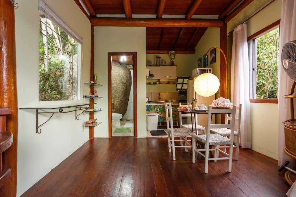 Sala , cozinha e banheiro .