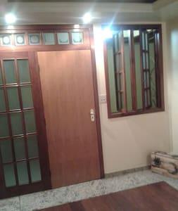 Quarto-estudio com escritório e banheiro privativo - Itabira - Huoneisto