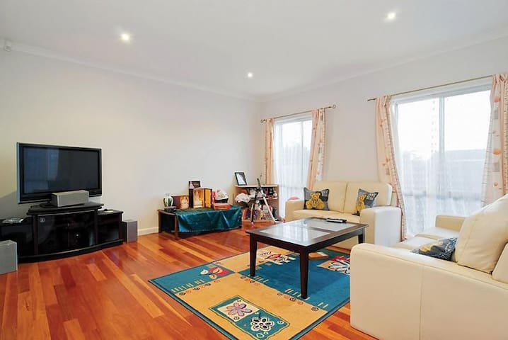 Cozy Townhouse close to the Chadstone SC