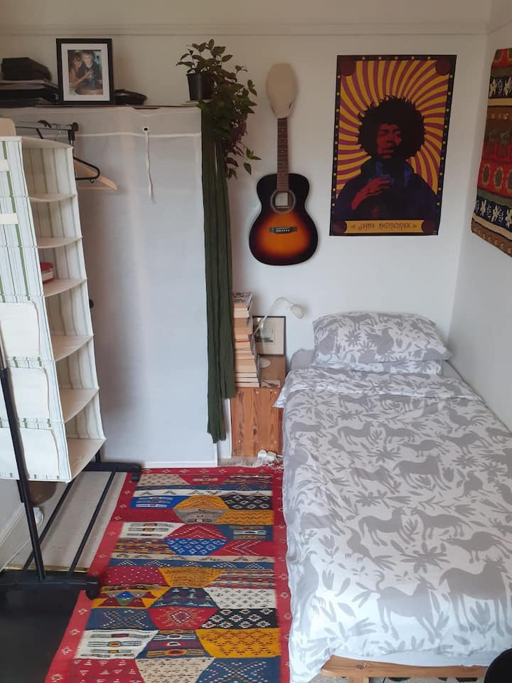 Cosy Brazilian single bedroom