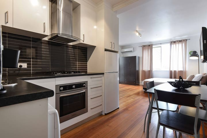 Self contained apartment in the heart of StKilda! - San Kilda - Apartamento