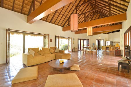 4-bedroom Spacious Hayahay Villa in Diniwid - Malay