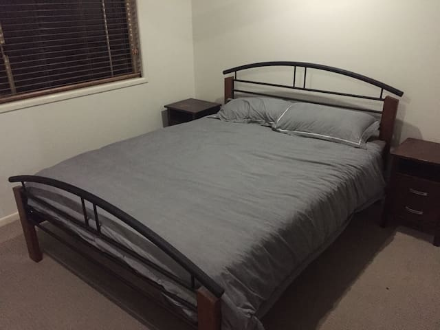 Modern Townhouse - Bed 1 - Bundaberg South - Apartamento
