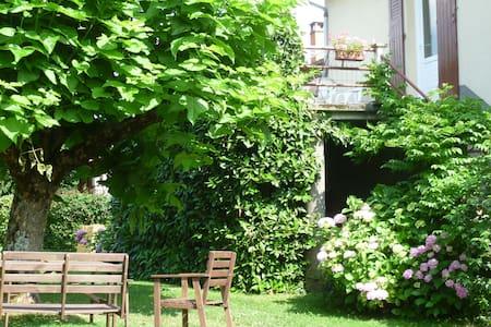 gite avec grande terrasse - sonnac - アパート