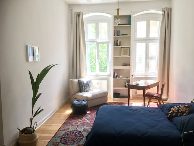 Super central & sunny room at Zionskirchplatz!