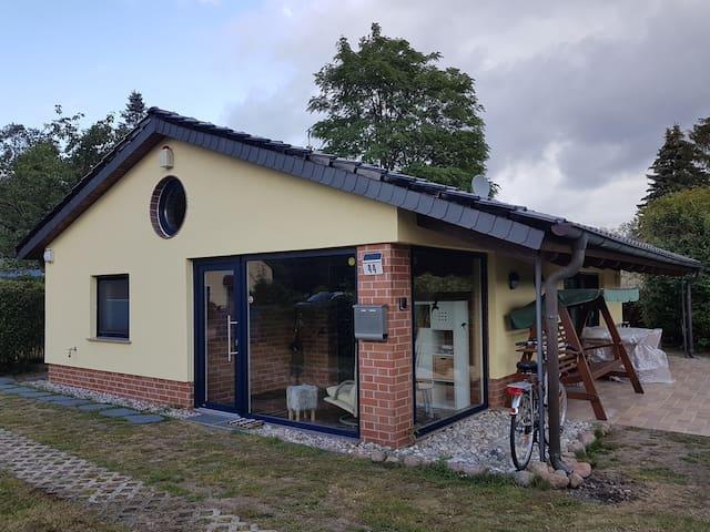 Moderner Bungalow mit offener Galerie und Kamin
