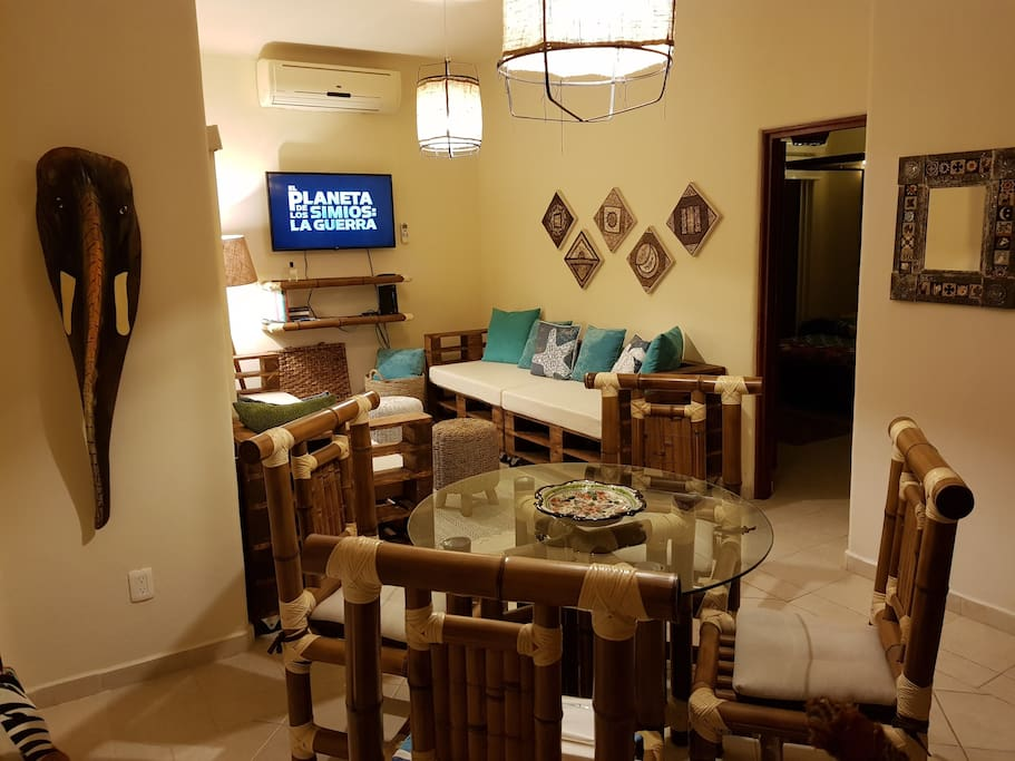 Dining and living room area with cable TV, more than 100 channels in English and Spanish. CNN Intl is NOT available, sorry!!, TV cable company do not supply this channel anymore.