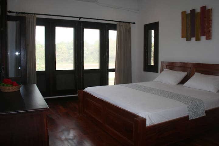 Cold River Homestay River View - Luang Prabang - Bed & Breakfast