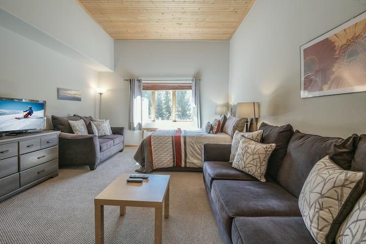 Studio condo close to the Village! Indoor Pool & Hot Tub - Gateway Lodge 5061