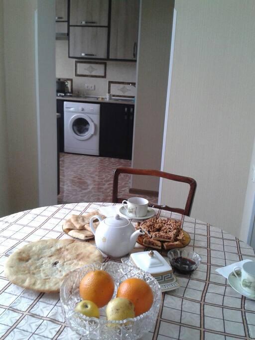Вкусный завтрак в столовой.