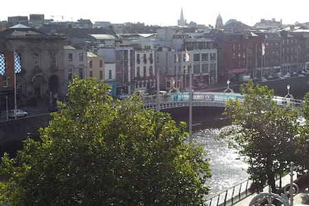 In front Ha`penny Bridge Flat WIFI