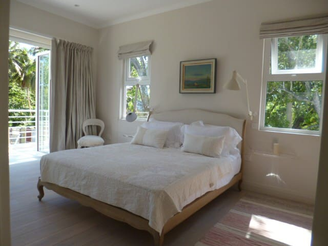 Stunning beachfront double room - Beau Vallon - House