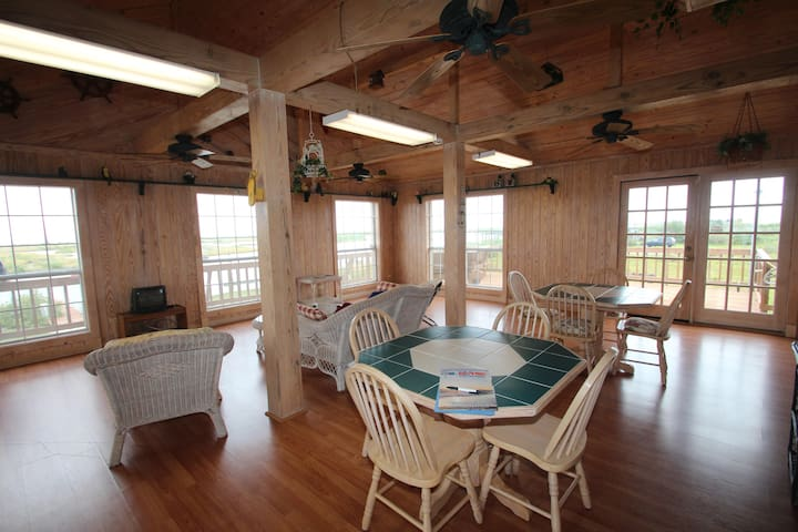Oyster Reef is a secluded Waterfront 4 br w/ boat access & fishing pier - Grand Isle - Casa