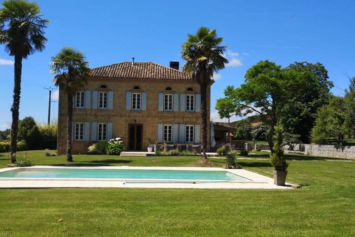 Maison de maître avec piscine entourée de vignes
