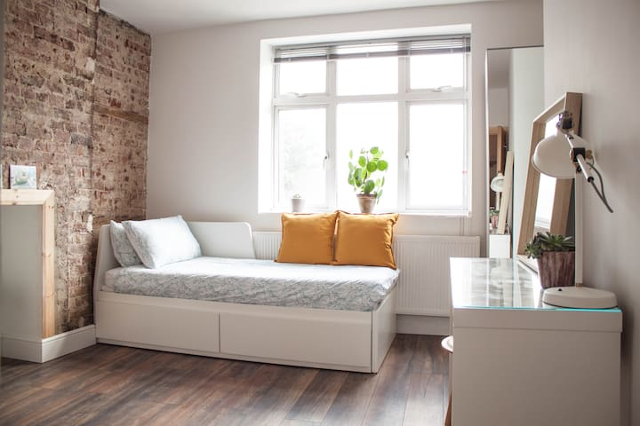 A Spacious en-suit Double Room - 1 min from tube