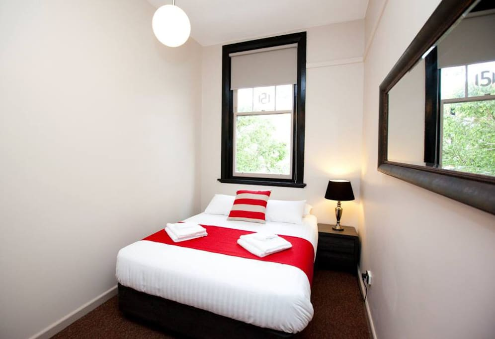 Macquarie house queen room 2 serviced apartments for for Best private dining rooms hobart