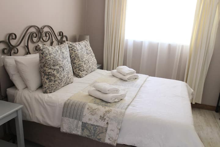 Vintage on Main: Room 1 Self catering -