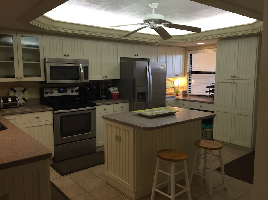 Fully equipped Updated kitchen - new appliances