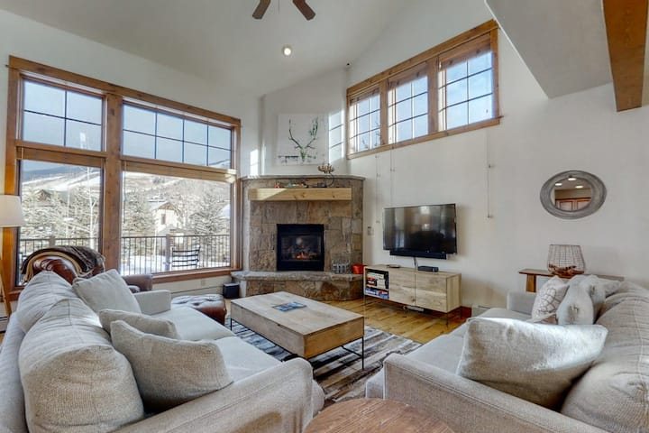 Mountain view townhome w/ fireplace, AC & shared pool/hot tubs - walk to gondola