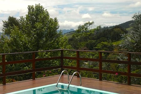 Casa com piscina e vista incrível - Gonçalves - 小木屋