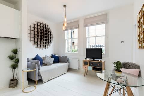 Chic Apt. 1 Stop to Eurostar, 3 Stops to West End.