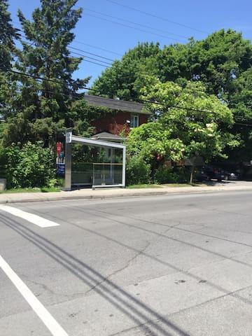 .Station de bus en face de la maison   .Bus station in front of the bachelor