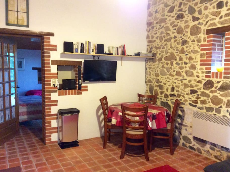 Free to Air UK Sky TV, French TNT channels, DVD, CD, USB points, dining area