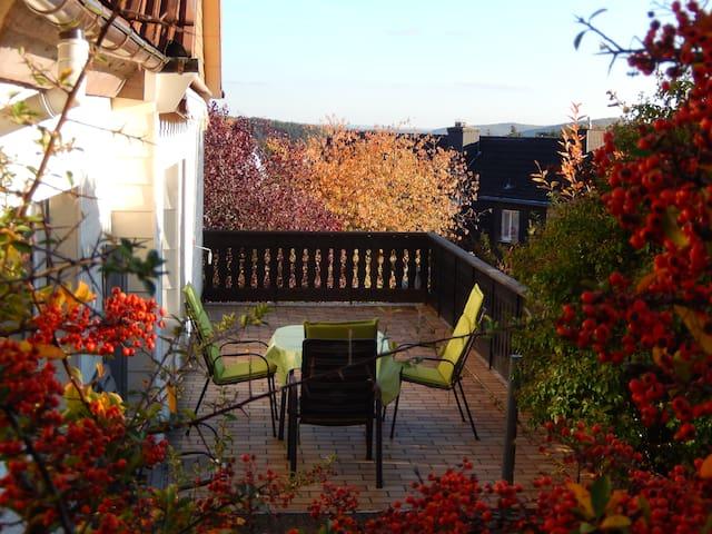 Liebevolles Haus, Aussicht, Garten - Gladenbach - Casa