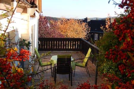 Liebevolles Haus, Aussicht, Garten - Gladenbach - 獨棟