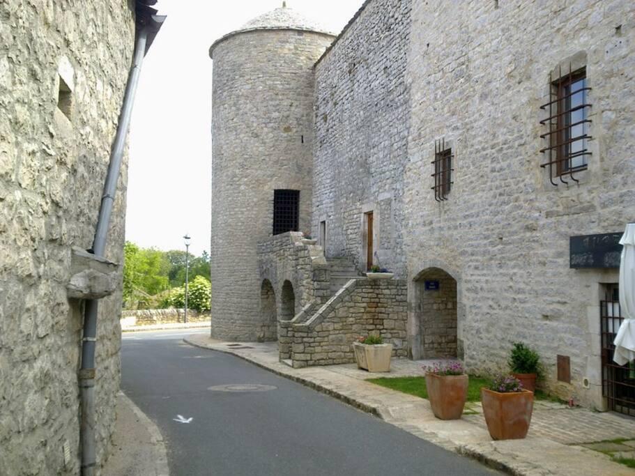 Vue de l'entrée et de la façade extérieure des remparts